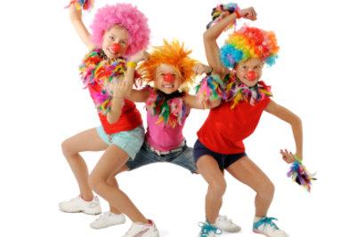 Kinder lieben Clowns-Verkleidungen.