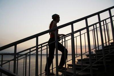 Ein Handlauf gibt Sicherheit beim Treppensteigen.