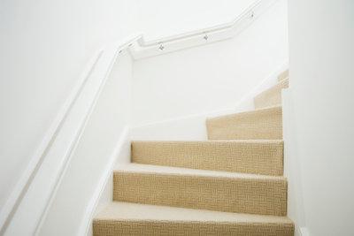 Treppen können Sie mit Teppich belegen .