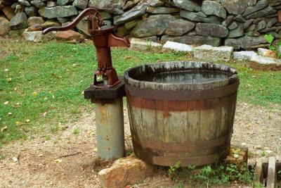 Brunnen schlagen ist körperlich sehr anstrengend.