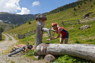 Bauen Sie urige Holzbrunnen selber.