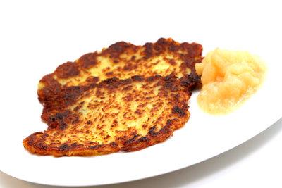 Kartoffelpuffer sind lecker, aber fettig.