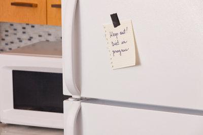 Reparaturarbeiten der Kühlschranktür erfordern zunächst Ursachenabklärungen.
