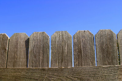 Eine Beetumrandung aus Holz bauen.