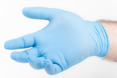 Beim Abbeizen sollten Sie Handschuhe tragen.