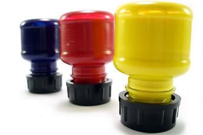 Färben Sie Gegenstände in der Spritzkabine.