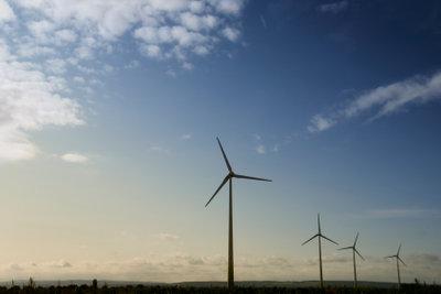 Windräder erzeugen Strom auf umweltfreundliche Art.