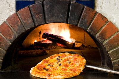 Ein Holzpizzaofen liefert den typischen Pizzageschmack.