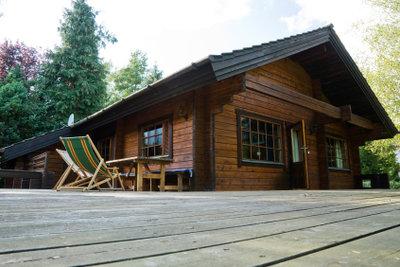 Ein Holzhaus müssen Sie regelmäßig streichen.