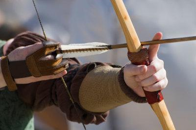 Langbögen sind Sportgeräte und Waffen zugleich.