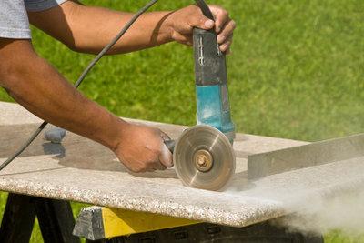 Granit ist schwer zu schneiden.