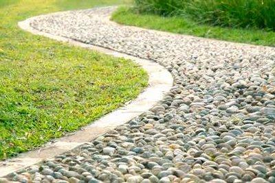Rasenkantensteine sind bei Gartenwegen wichtig.