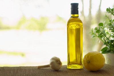 Olivenöl macht trockene Hände geschmeidig.
