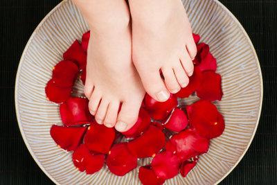 Rissige Fußnägel brauchen Feuchtigkeit.