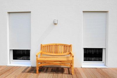 Eine Holzterrasse lädt zum Relaxen ein.
