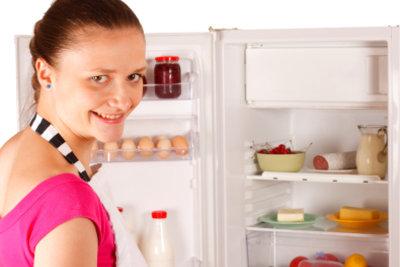 Im Kühlschrank und Gefrierfach Temperatur einstellen.