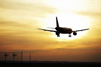 Eine Urlaubsreise beginnt im Flugzeug.