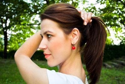Gestochene Ohrlöcher vor dem Wechsel desinfizieren