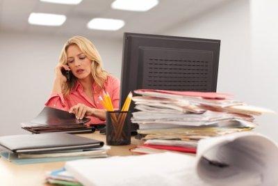 Als Einzelhandelskauffrau erledigen Sie auch Büroarbeiten.