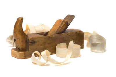 Scharfe Hobelmesser erleichtern Holzarbeiten.