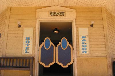 Saloontüren sind die wohl bekanntesten Pendeltüren.