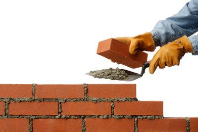 Aus Ziegelsteinen bauen Sie einen Terrassenkamin.