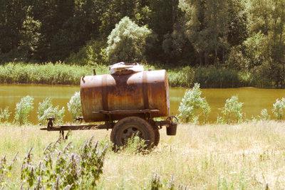 Verstecken Sie ein Wasserfass im Garten.