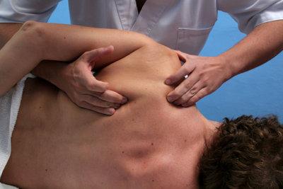 Massagen helfen bei Muskelzerrungen in der Schulter.