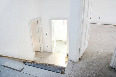 In den Türrahmen kommt die Türe.