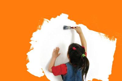 Eine Wandgestaltung erfordert oft vorherige Grundierung.