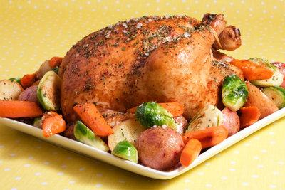 Servieren Sie Ihr Brathähnchen mit Gemüsebeilage.