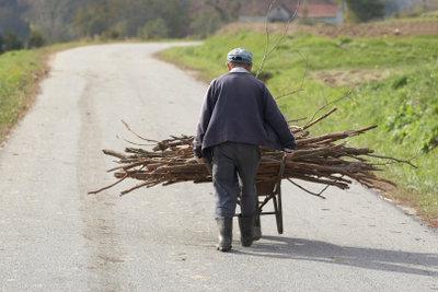 Schwere körperliche Arbeit entfällt bei Holzbriketts.