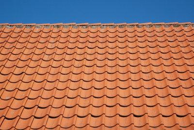 Auch Dachziegel müssen gereinigt werden.