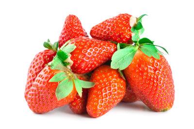 Bereiten Sie ein Erdbeer-Dessert zu.