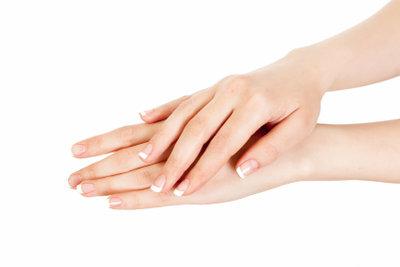 Lackieren Sie Ihre Nägel im French-Design.