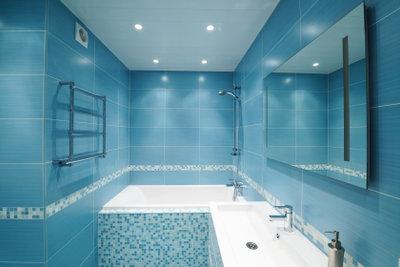 Eine Duschwand lässt sich einfach montieren.