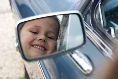 Verspiegelte Autoscheiben schützen Kinder vor Hitze.