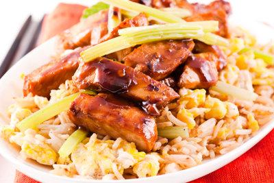 Servieren Sie Chicken Teriyaki auf Reis.
