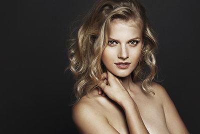 Sanfte Wellen und hübsche Locken verleihen Ihrem Haar einen femininen Look.