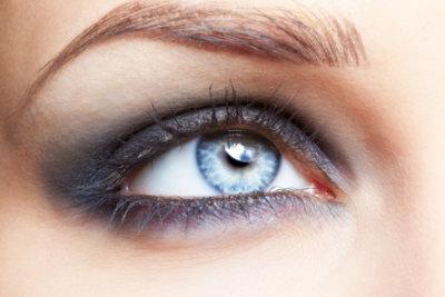 Beim Aufhellen Brauntöne für Augenbrauen wählen.