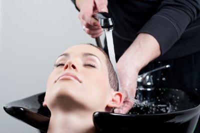 Strähnchen gegen graue Haare vom Fachmann.