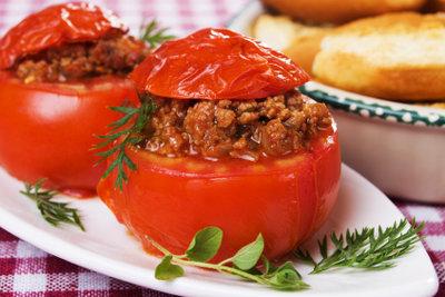 Füllen Sie Tomaten mit Hackfleisch.