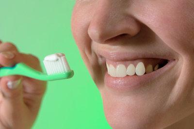 Gute Zahnpflege ist bei Rachenproblemen wichtig.