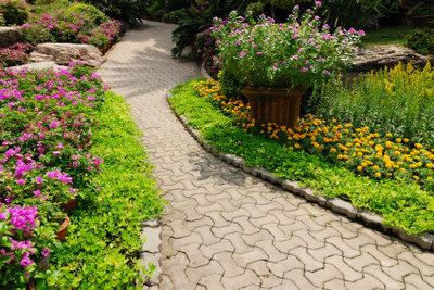 Gepflasterte Gartenwege sind schön und praktisch.
