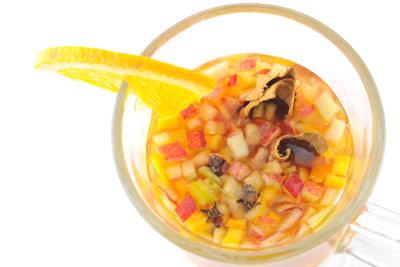 Serviervorschlag: Tequila Bowle mit frischen Früchten.