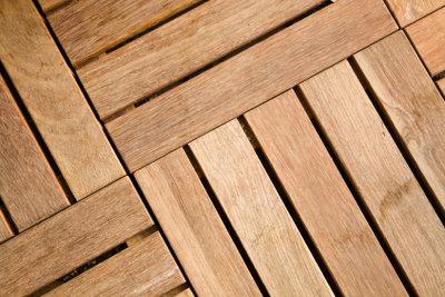 Ein Bodenrost aus Holz ist praktisch.