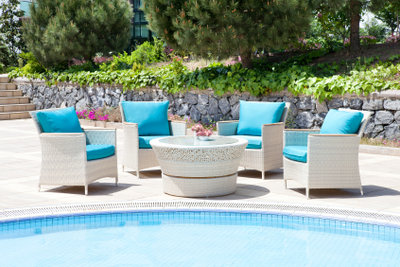 Gartenmöbel bleiben mit Schutzhüllen länger schön.