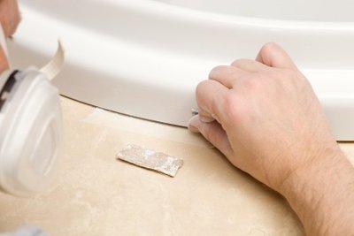 Emailschaden in der Badewanne beseitigen.