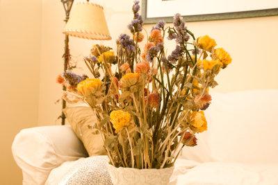 Ein Strohblumen-Strauß ist eine wunderschöne Herbstdeko.