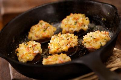 Champignons werden mit Frischkäse gefüllt.